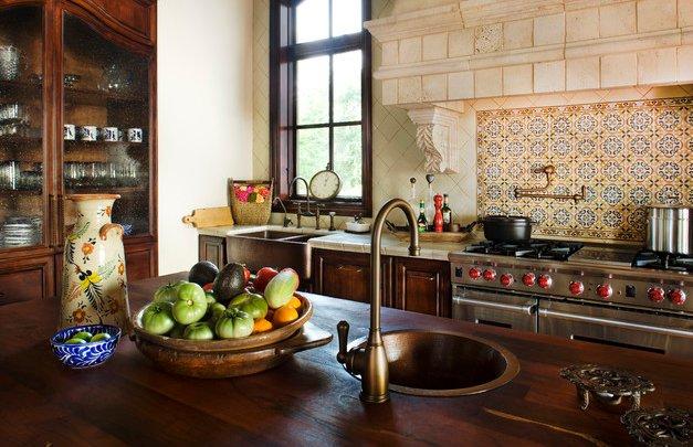 Интерьер кухни в испанском стиле