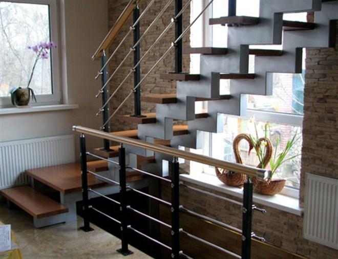 А какой лестнице для дачного домика предпочтение отдадите Вы?