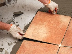 Как правильно клеить керамическую плитку
