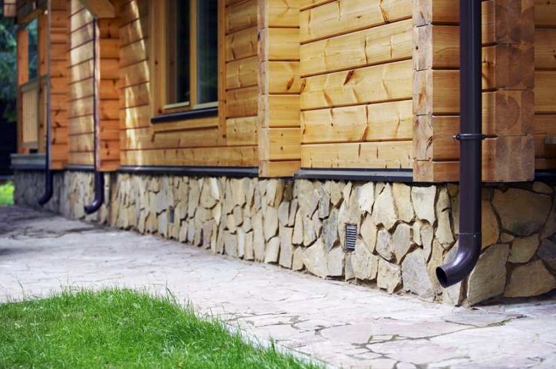 Как сделать цоколь дома из натурального камня