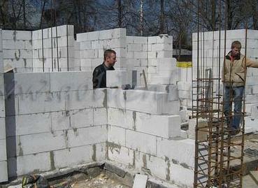 Строительство дома из пеноблоков: особенности способа