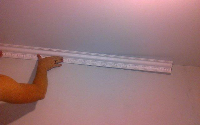 Как прикрепить потолочный плинтус