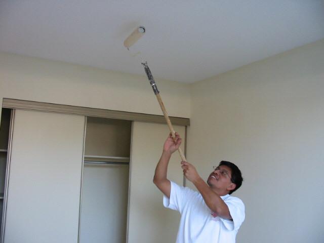 Как правильно выполнить покраску потолка
