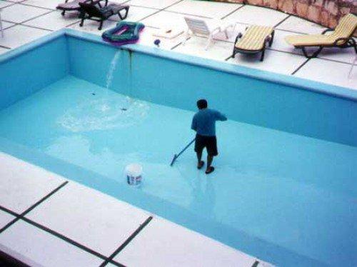 Зачем регулярно чистить бассейн