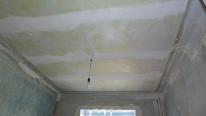 Самостоятельная наклейка стеклохолста на потолок