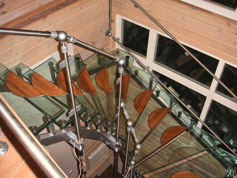 Роль стекла в устройстве лестниц