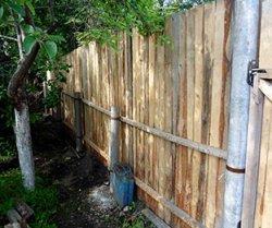 Установка деревянного каркаса под забор