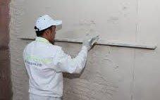Как с помощью штукатурки выровнять стены