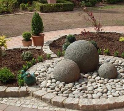 Декорируем сад бетонными шарами