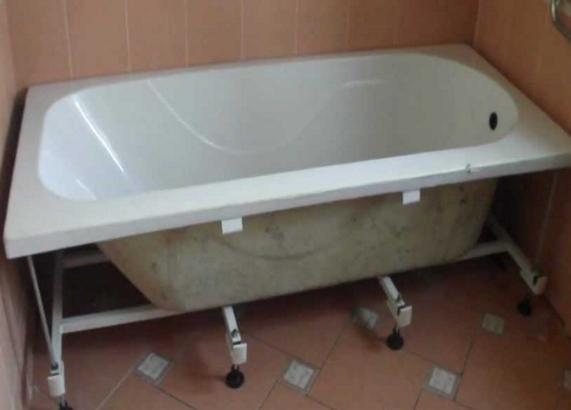 Устанавливаем ванну