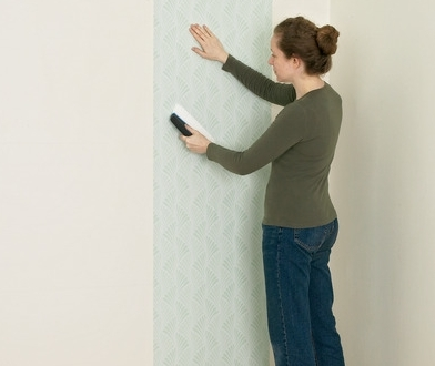 Можно ли оклеить стены обоями на флизелиновой основе самостоятельно?