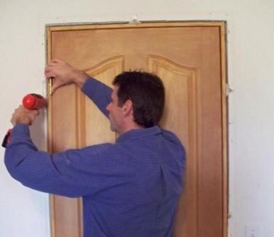Как отремонтировать межкомнатную дверь?