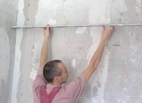 Как выровнять стену с помощью штукатурки