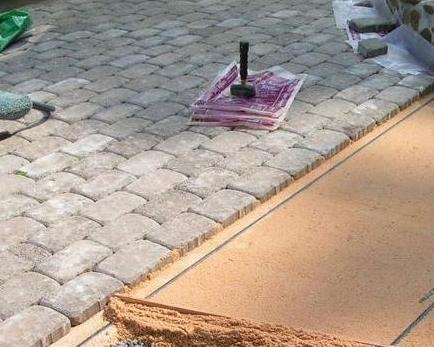 Как самостоятельно уложить тротуарную плитку на бетонную основу?