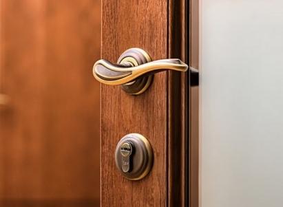 Приобретение дверной фурнитуры: в интернете или в обычном магазине?