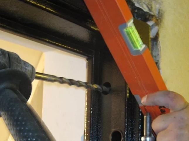 Как установить стальную дверь
