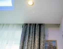 Скрытый карниз для натяжного потолка и его плюсы