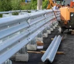 Установка металлического барьерного ограждения дорожного