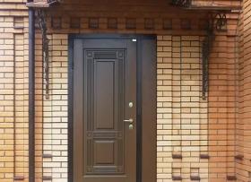 Установка металлической двери в коттедже